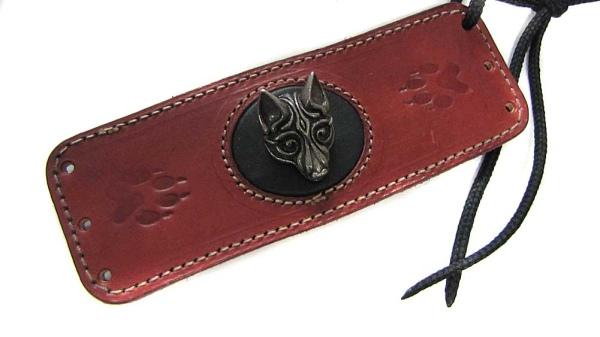 Dunkelrotes Lederarmband mit Wikingerwolf Fenrir aus Metall auf schwarzem Leder