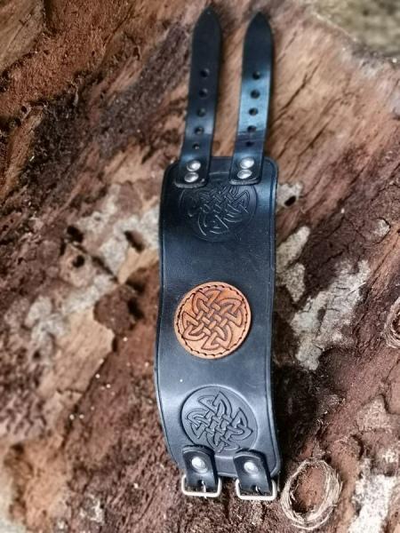 Schwarzes Lederarmband mit Keltischem Knoten braun