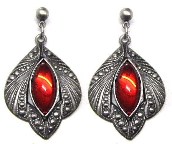 Ohrringe mit leuchtenden roten Glas